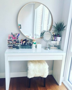 MAKE UP TABLE 04