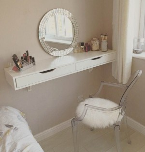 MAKE UP TABLE 01